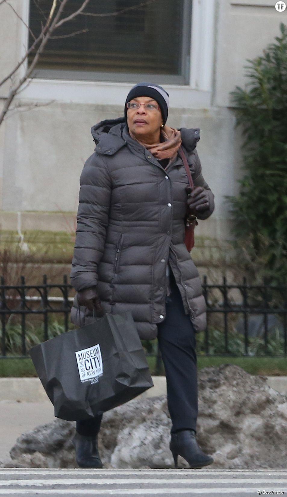 Christiane Taubira est allée visiter le Musée de New York avant de se rendre à l'aéroport pour prendre un vol à destination de Paris, le 31 janvier 2016. Elle est accompagnée d'Elody Rustarucci (la conseillère presse et communication qu'elle avait au ministère de la justice).