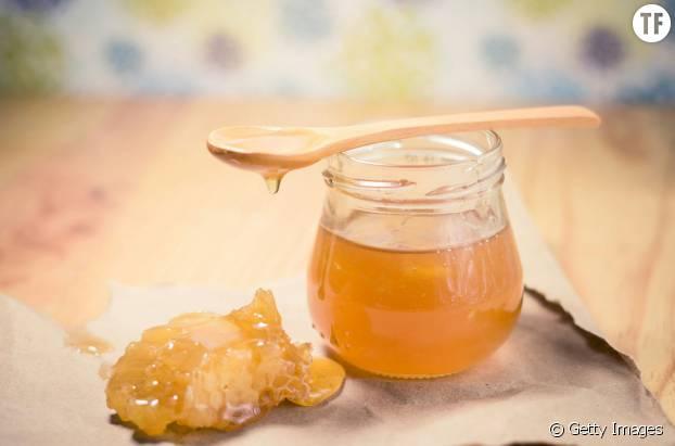 Un masque à base de miel pour un blond canon