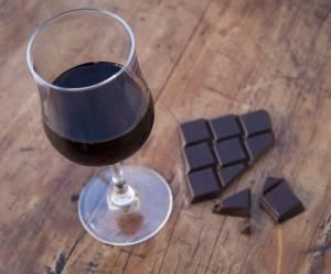 Sirt food diet : le nouveau régime à base de vin et de chocolat divise
