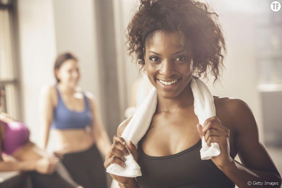Exercices de fitness avec un serviette
