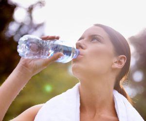 Pourquoi réutiliser sa bouteille d'eau en plastique est une très mauvaise idée