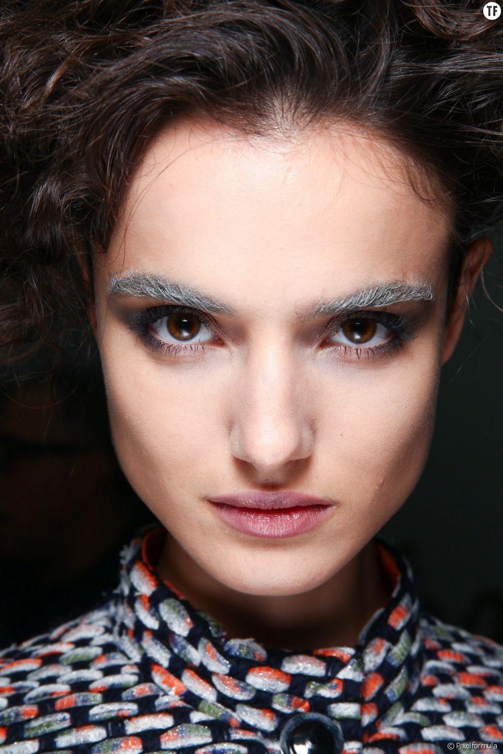 La tendance des sourcils décolorés sur un mannequin brun du défilé Giorgio Armani.