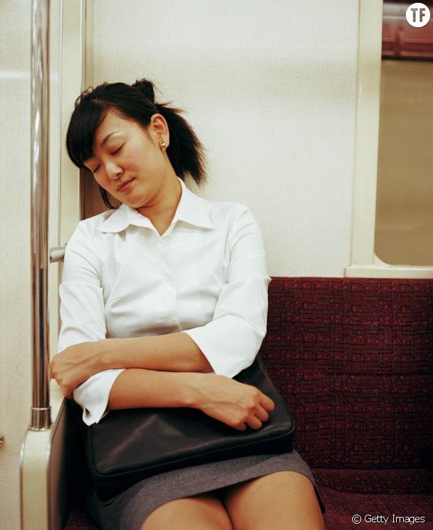 Une Japonaise qui pratique l'inemuri dans le métro