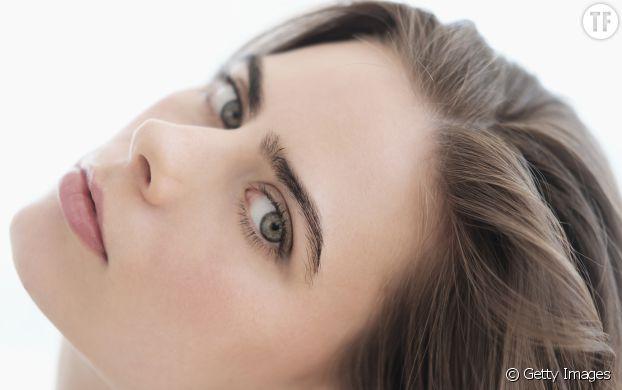 Baume à lèvres : une bonne astuce pour lisser ses sourcils !