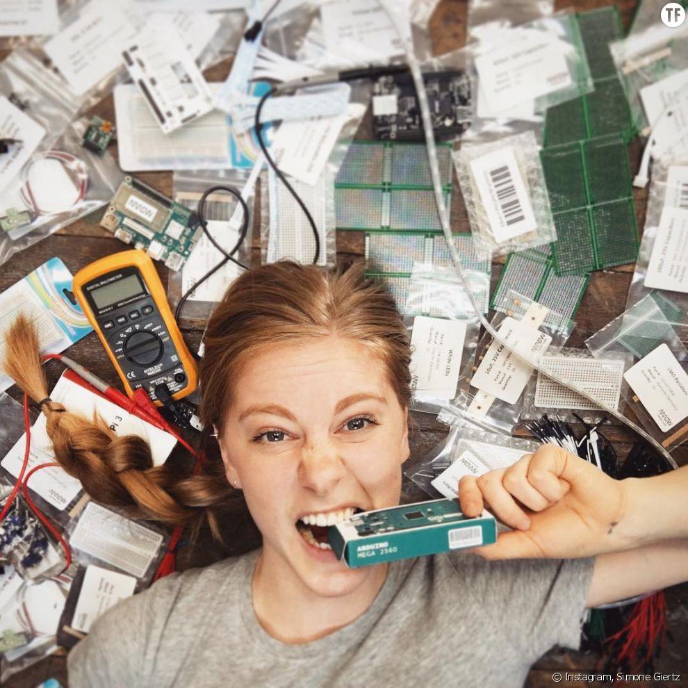 """Simone Giertz et ses robots fous animent l'émission Youtube de GoldieBox, """"Toy Hackers"""" pour aider les petites filles à s'intéresser à l'ingénierie."""