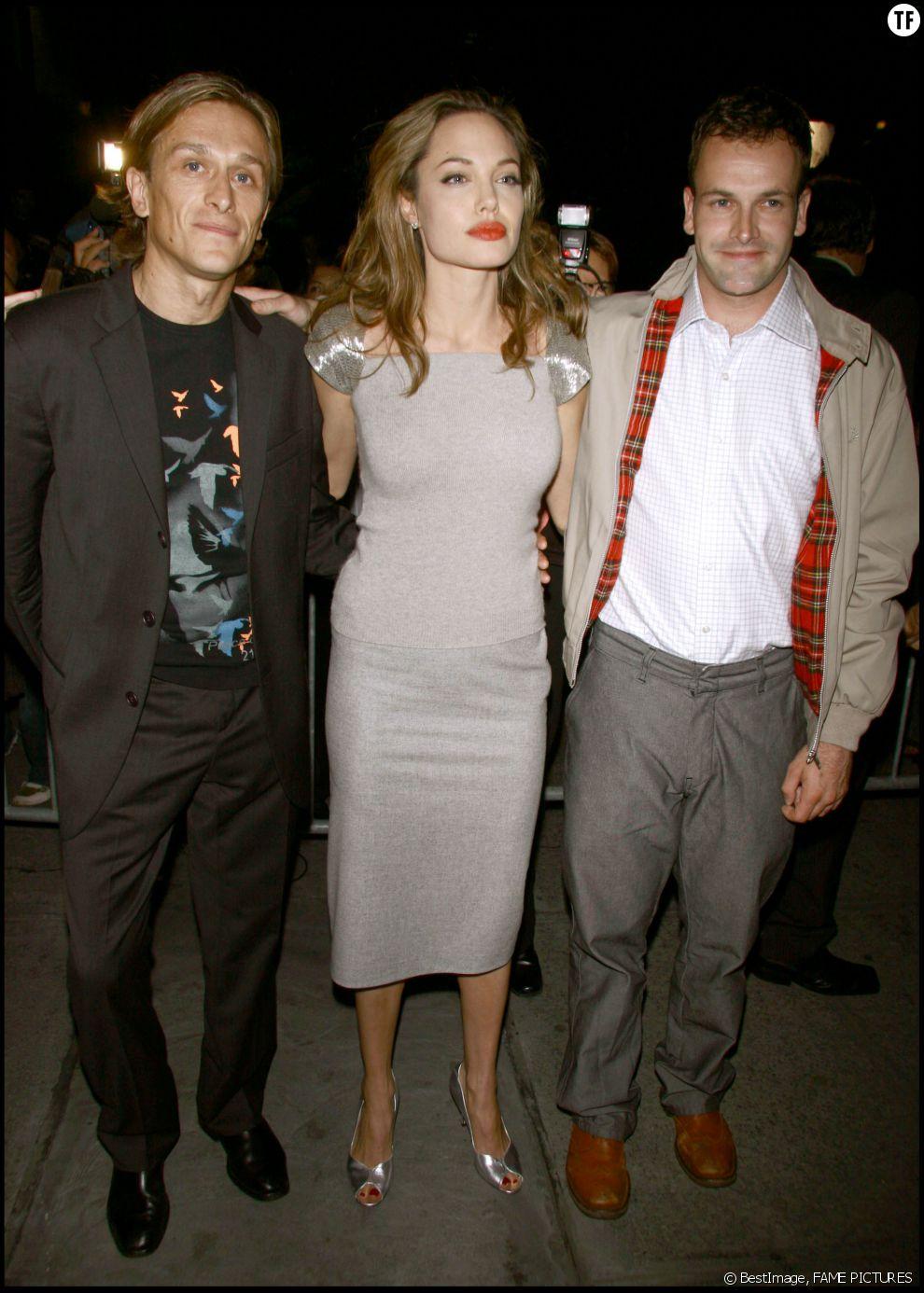 Angelina Jolie et son ex-mari Jonny Lee Miller (à droite)