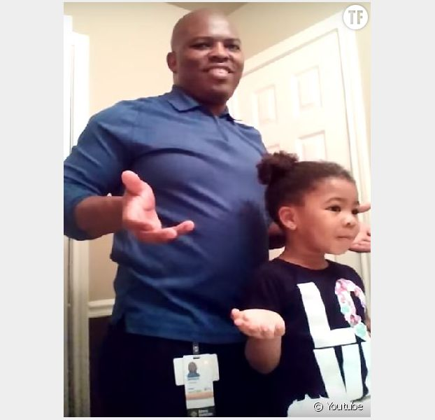 Quand ce papa coiffe sa fille, elle se transforme en adorable coach