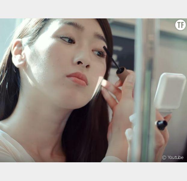 Une pub japonaise humilie les femmes qui se maquillent dans le métro