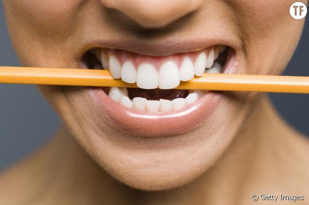 Tenir un crayon entre ses dents (sans forcer) permet d'apaiser la migraine