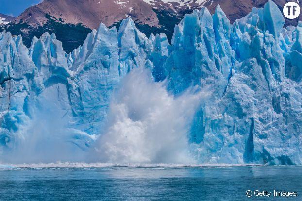 Au glacier Perito Moreno, un iceberg tombe sur le lac Argentino près d'El Calafate, en Argentine