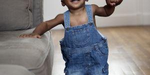 Pourquoi marcher pieds nus est bon pour les enfants