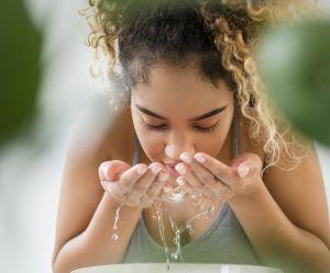 Faut-il se nettoyer le visage avec du shampooing pour bébé ?