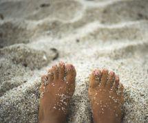 L'astuce pour enlever le sable de ses pieds sur la plage