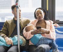 Elle allaite en public : la réplique géniale de cette maman priée de se couvrir