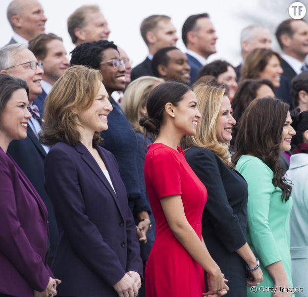 """Alexandria Ocasio-Cortez sur la """"photo de classe"""" des nouveaux élus au Congrès"""