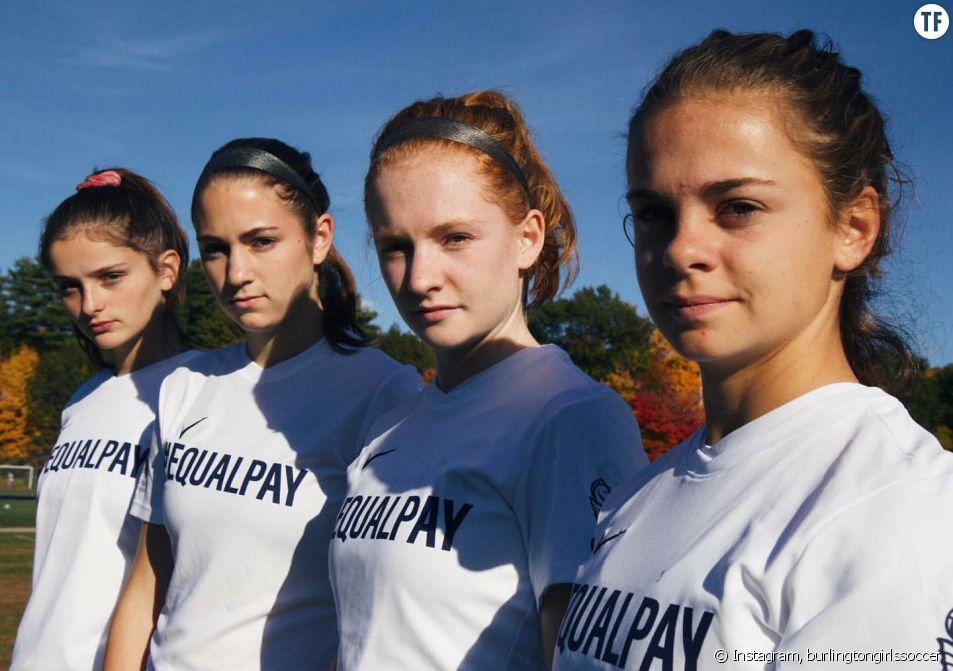 Les joueuses de l'équipe de football féminine du lycée de Burlington avec leur maillot #EqualPay.