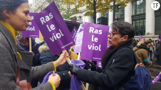 Distribution de pancartes à la marche Nous Toutes