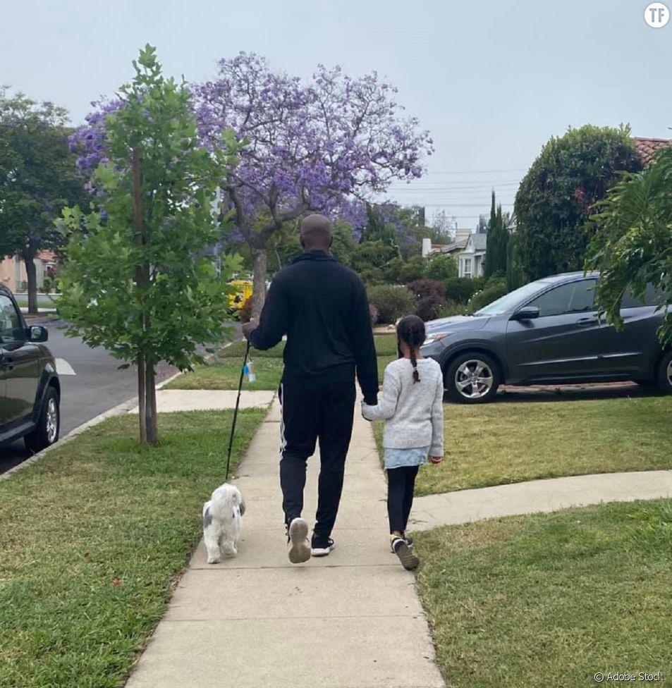 Ce père noir explique pourquoi il sort toujours se promener avec sa fille et son chien