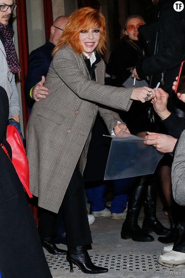 Mylene Farmer signant des autographes après le défilé Jean Paul Gaultier à Paris le 22 janvier 2020
