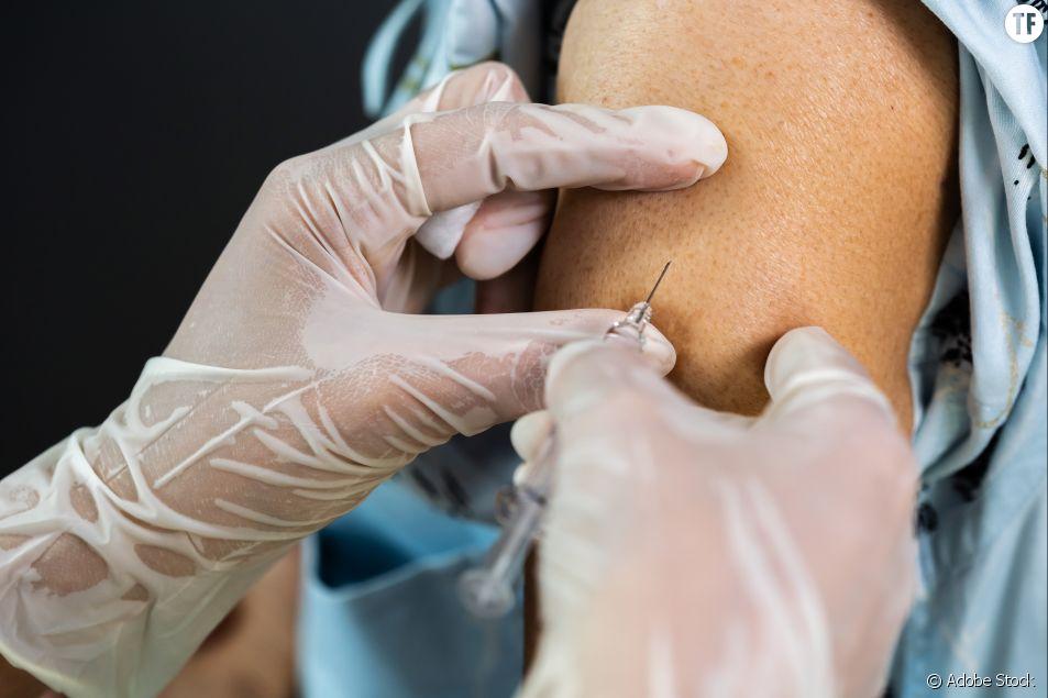 Mauricette, 78 ans, est la première personne vaccinée contre le Covid-19 en France