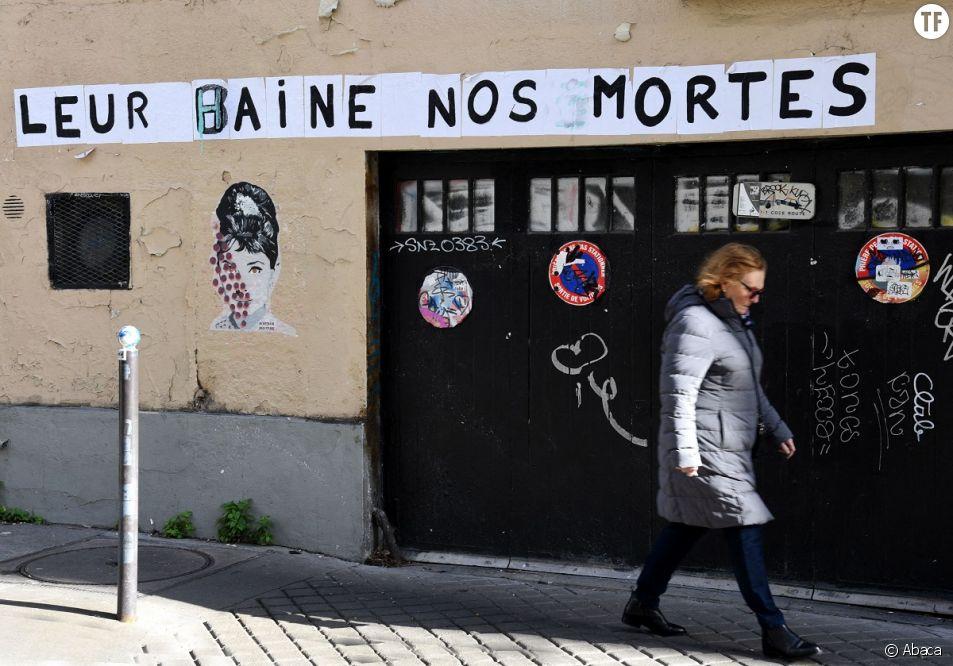 """""""Leur haine, nos mortes"""" : un collage pour dénoncer les féminicides, à Paris, le 11 février 2020."""