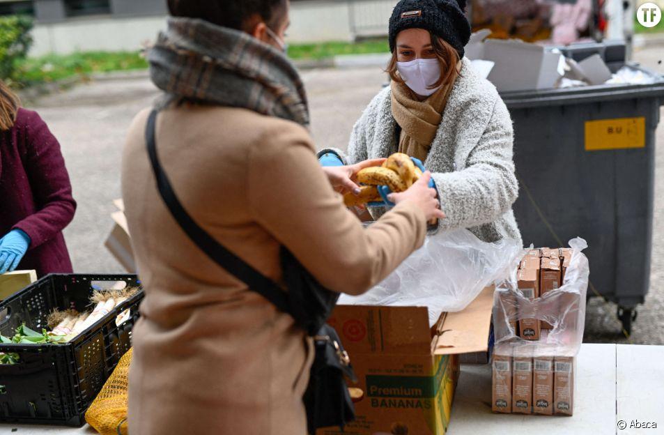 L'association Gaelis distribue des paniers-repas pour les etudiants en situation de precarite sur le campus universitaire de la Doua en décembre 2020.