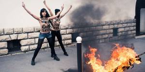 Les Femen brûlent un drapeau salafiste devant la Grande Mosquée de Paris