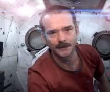 ISS : Chris Hadfield chante une chanson de Bowie dans l'espace - Vidéo