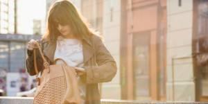 Le sac à main plus sale que des toilettes : comment le nettoyer ?