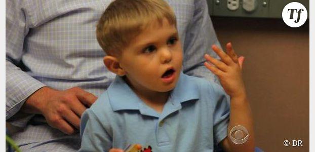 Un petit garçon sourd entend pour la première fois à 3 ans - Vidéo