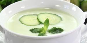 Soupe de concombre à la menthe : une recette express et light pour l'été