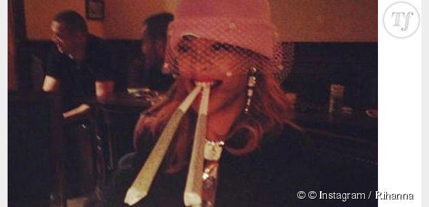 Rihanna ivre chante faux à un karaoké