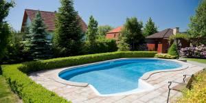 Elle fait diversion nue dans la piscine pendant que son mari détrousse le voisin