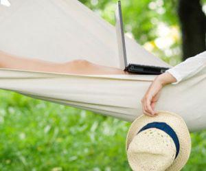 Travailler pendant vos congés : que dit la loi ?