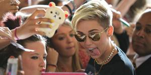 "Miley Cyrus et son sexy ""Wrecking Ball"" plus forts que les One Direction !"