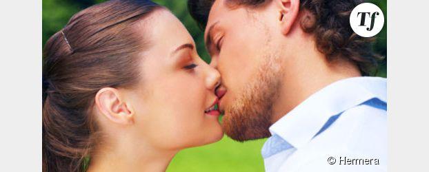 Mannequins offrent baisers gratuits sur les Champs-Elysées