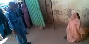 Une femme flagellée en public par des policiers hilares au Soudan - vidéo
