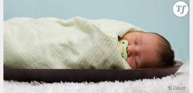 Emmaillotage : dangereux pour les hanches de bébé ?
