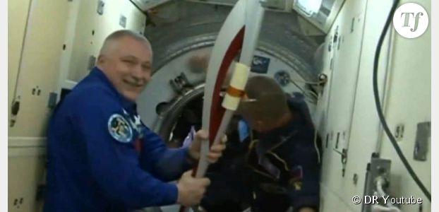 JO 2014 : deux astronautes se passent la flamme olympique dans l'espace (Vidéo)