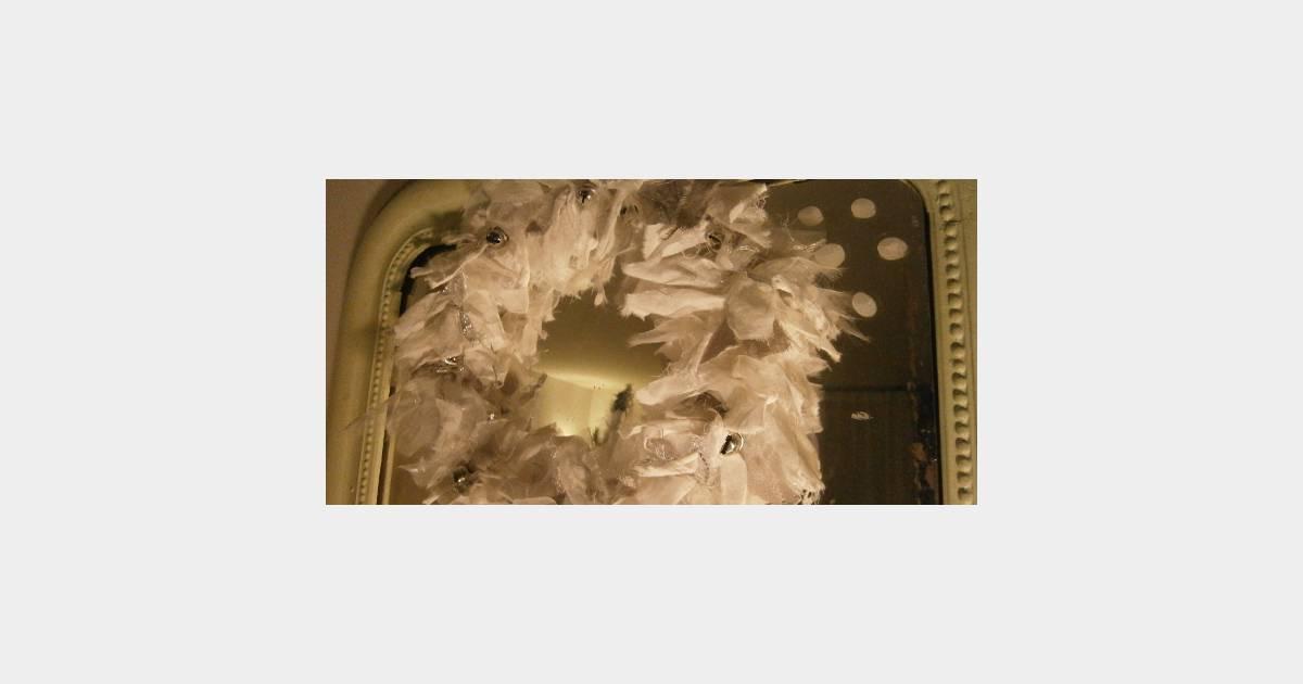 comment fabriquer une couronne de no l f rique avec du tissu diy. Black Bedroom Furniture Sets. Home Design Ideas