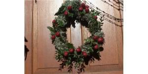 Déco de fêtes : fabriquer une couronne avec des branches de houx - DIY