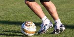 Football : ils tirent sur les fesses de jeunes femmes et créent la polémique - vidéo