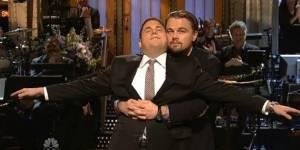 """Leonardo DiCaprio et Jonah Hill parodient une scène de """"Titanic"""" dans """"Saturday Night Live"""""""