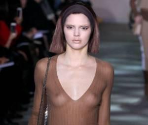 Kendall Jenner montre ses seins à la Fashion Week