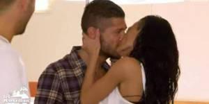 Marseillais à Rio : Julien embrasse Mérylie sans penser à son couple – W9 Replay