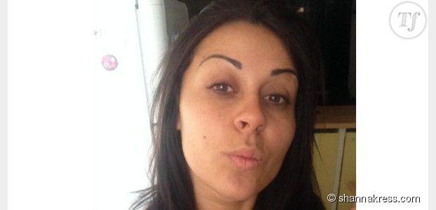 Shanna (Anges 6) pose sans maquillage pour un selfie