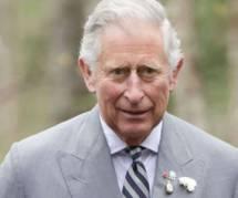 Le Prince Charles pose un lapin au maire de Merville-Franceville