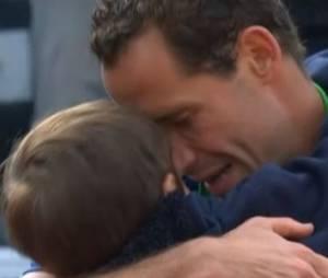 Roland Garros 2014: Llodra blessé perd, son fils lui fait un gros câlin - vidéo