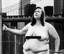 Pour revendiquer ses rondeurs, une artiste reproduit la célèbre photo de Madonna nue
