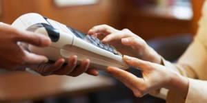 Banques : payer par carte coûtera moins cher